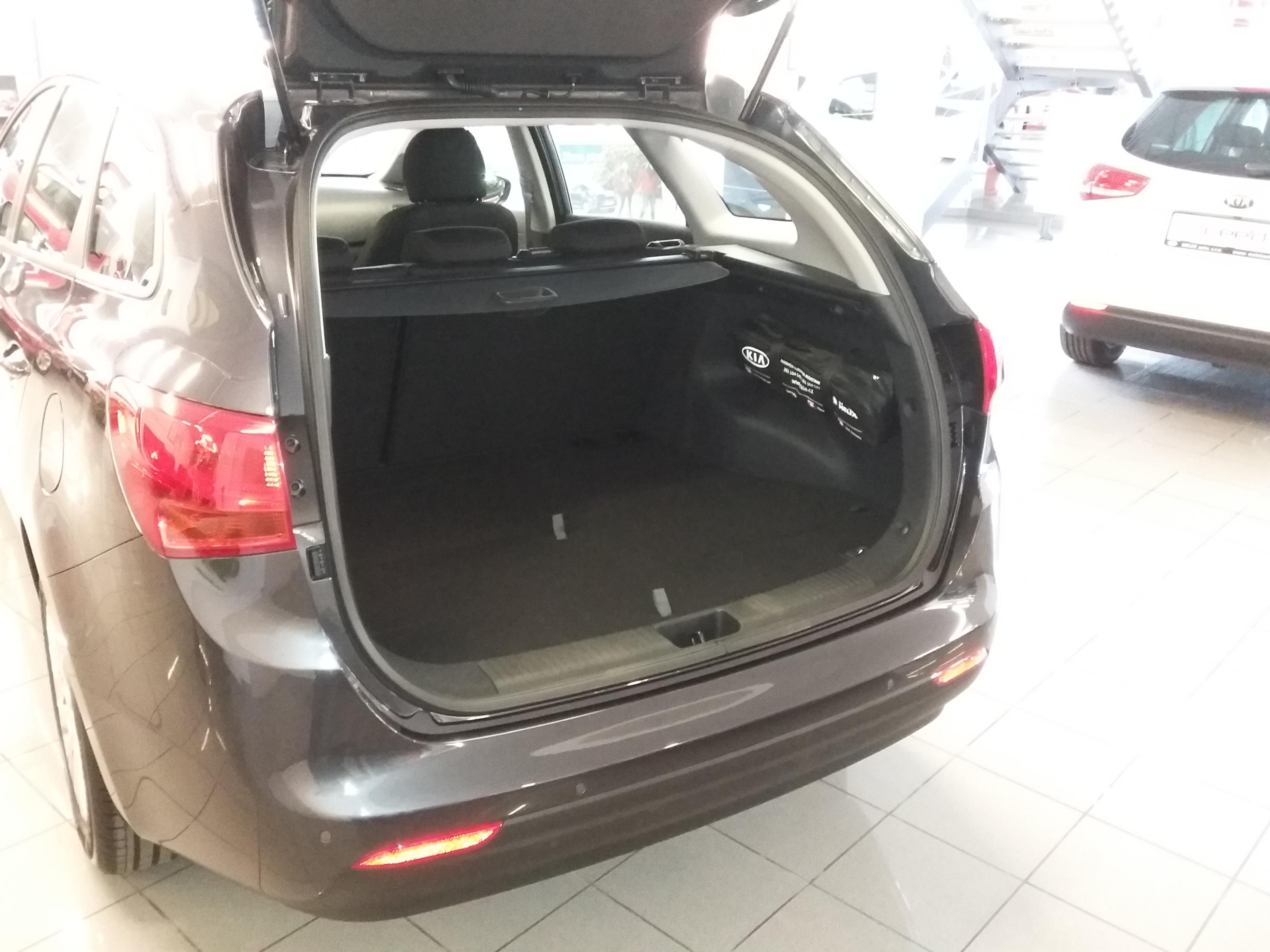 Kia Cee'd JD SW 1,6 CRDi Comfort plus – zavazadlový prostor se zdvojenou podlahou