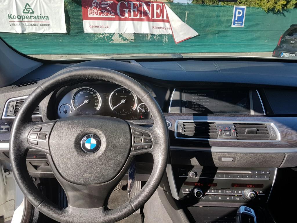 BMW GT 535d xDrive – přístrojová deska s dřevěným dekorem s HeadUp displejem