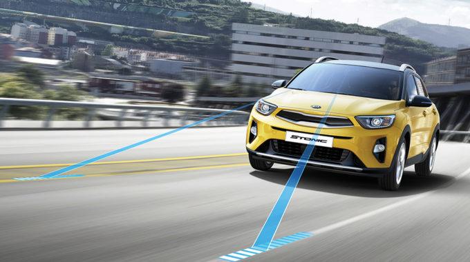 Kia Stonic umí sledovat Vaši jízdu a v případě potřeby Vám pomoci aktivním zásahem do řízení, hrozí-li nechtěné opuštění jízdního pruhu.