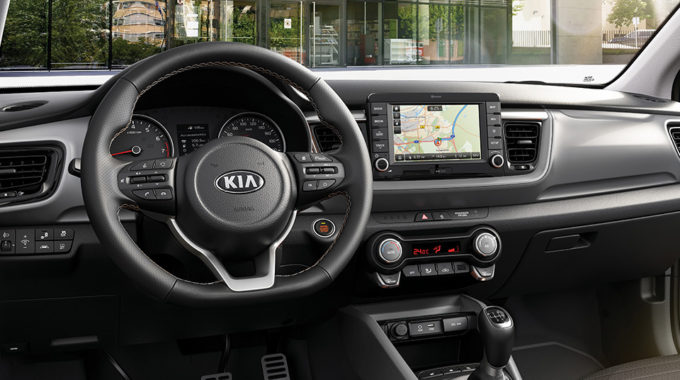 Na výběr polokožená sedadla, bezklíčkové startování a odemykání vozidla, elektronická klimatizace, vyhřívání sedadel i volantu – komfort potěší i v menším voze.