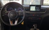 dotykový displej s GPS navigací a promítaný obrazem zadní parkovací kamery, dvouzónová klimatizace
