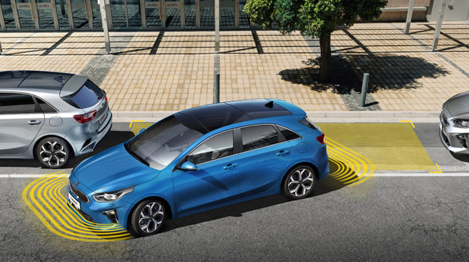Chytrý parkovací asistent SPA (Smart Parking Assist) díky senzorům zaparkuje vůz za Vás – tato technologie již brzy k objednání.