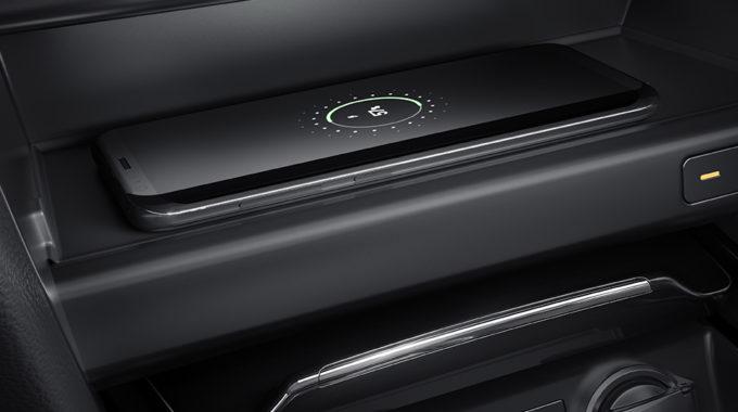 Nový Kia Ceed je kompatibilní s Qi – přihrádka s bezdrátovou nabíječkou je velmi milým překvapením. Položíte telefon, kabel Vám nepřekáží a přesto máte mobilní telefon nabitý – to je hodně fajn.