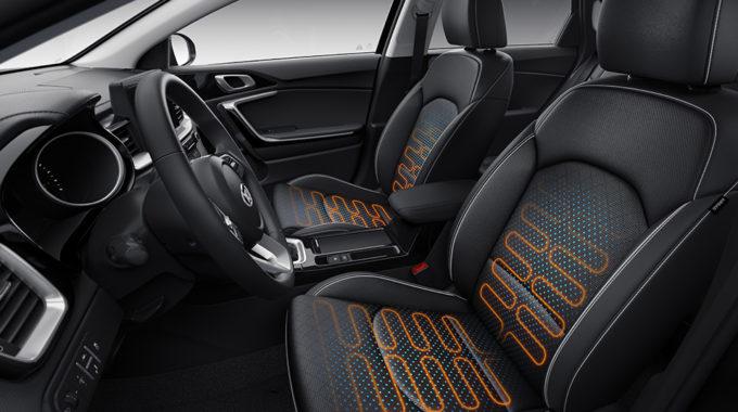 Při objednávání vozu nezapomeňte na výbavu přinášející velmi příjemný komfort v zimním období – vyhřívaná sedadla a volant  za drobný příplatek Vám rok od roku zpříjemní řízení Vašeho nového Kia Ceed.