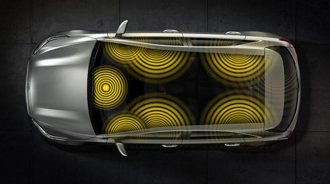 """Prémiový sound systém od firky JBL ohluší…ozvučí vozidlo ve """"vysokém rozlišení"""", je jen na Vás, jak si nastavíte směrování akustických vln."""