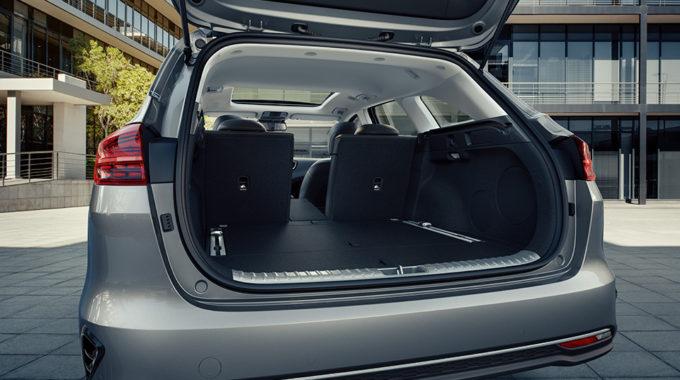 Vážně se tam toho tolik dá nalít? Ano, celkem 625 litrů. Ale především je vnitřní prostor pro zavazadla konstruován šikovně, žádné přečnívající záhyby. Zkrátka kufr pro rodinu.